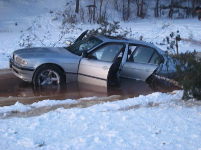 Autors: Cumosniks Božu ūdenskrātuves ledū ielūzt divi 'BMW'