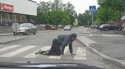 Tu izvēlies sķērsot ielu uz... Autors: Verbatim 15 pazīmes, ka esi pārdzēries