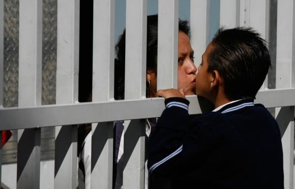 Students skūpsta savu māti... Autors: vitux Skūpstu kolekcija