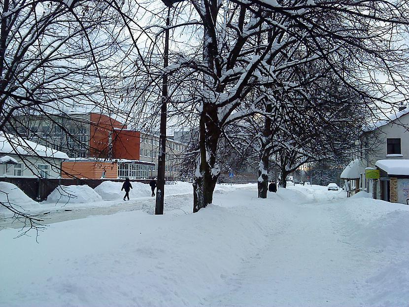Situācija pie 64 vidusskolas Autors: PizhikZ Sniegs arī citā Rīgas galā.