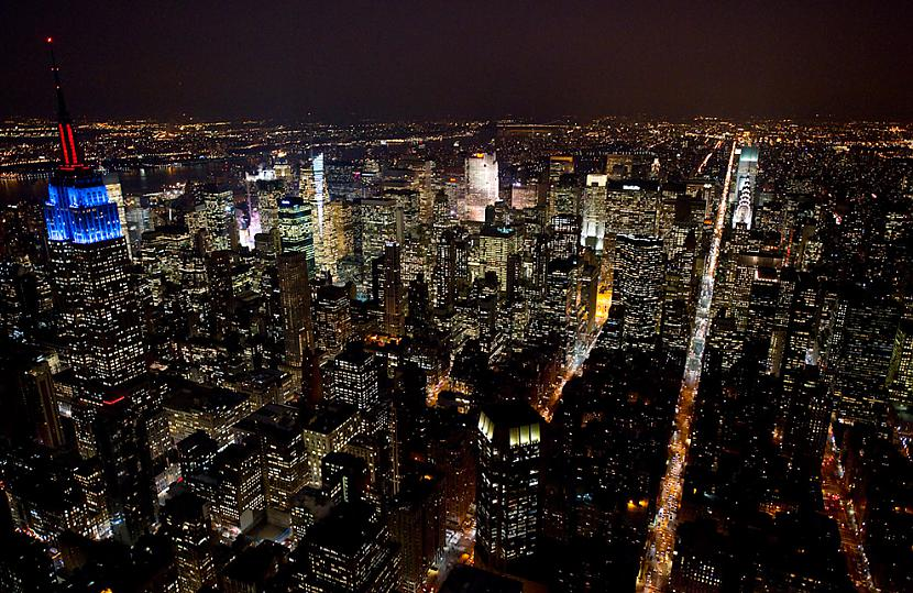 The Empire State building in... Autors: Samaara NYC and Las Vegas from above, at night.