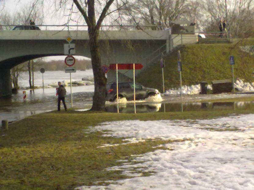 Ceļs pie Lielupas aplūdis... Autors: ruudza6 Jelgava turpina applūst