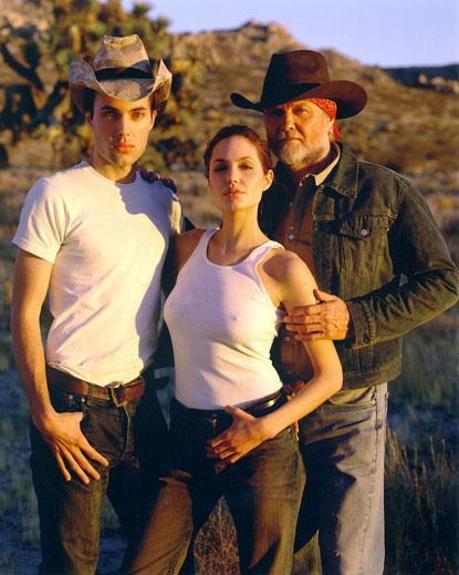 2000 gadā kopā ar brāli un... Autors: UglyPrince Andželīnas Džoli stila evolūcija!