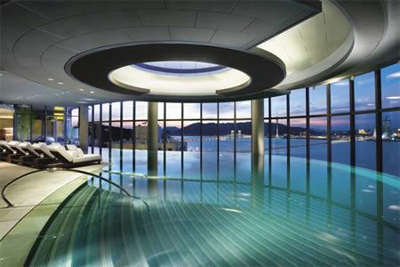 Bezgalīgais iekštelpu... Autors: MJ 10 fascinējošākie pasaules peldbaseini!!