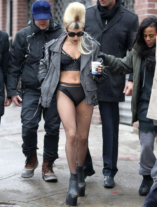 Šī arī nav no 23maija  Lai gan... Autors: Rasiņa Lady Gaga apakšveļā klīst pa ielām