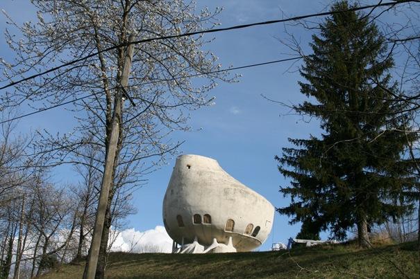 Dīvainā māja  Atrodas Alpos... Autors: battery Interesantākās ēkas pasaulē.