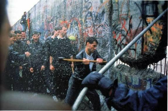 Berlīnes mūra nojaukšana Autors: KingOfTheSpokiLand Reti foto no vēstures