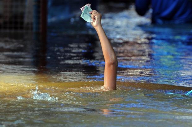 Kāds zēns no Taizemes peld ar... Autors: Moonwalker Kamēr tu sēdēji Spokos