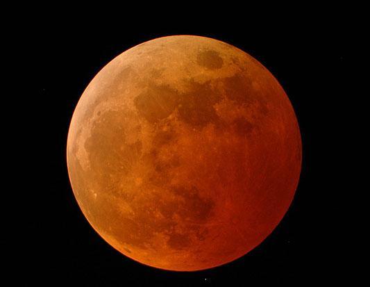 Krāsains mēness Aptumsuma... Autors: YogSothoth 10 neparastas dabas parādības