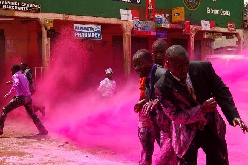 Policijas uzpūš  Ugandas... Autors: cuchins Aizvadītā 2011 spēcīgākās bildes!
