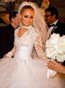 Parisas Hiltones skandalozi... Autors: Sofīte 10 pasaules bezgaumīgākās kāzu kleitas