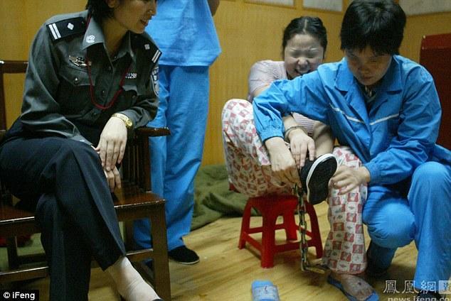 Sjulin cenšas uzvilkt kurpes... Autors: jumpduckfuckup Ķinas nāvessods.