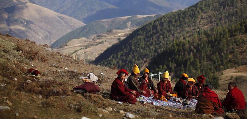 Mūķenes ietur pusdienu pauzi... Autors: gnosin Tibetiešu sieviešu klosteris