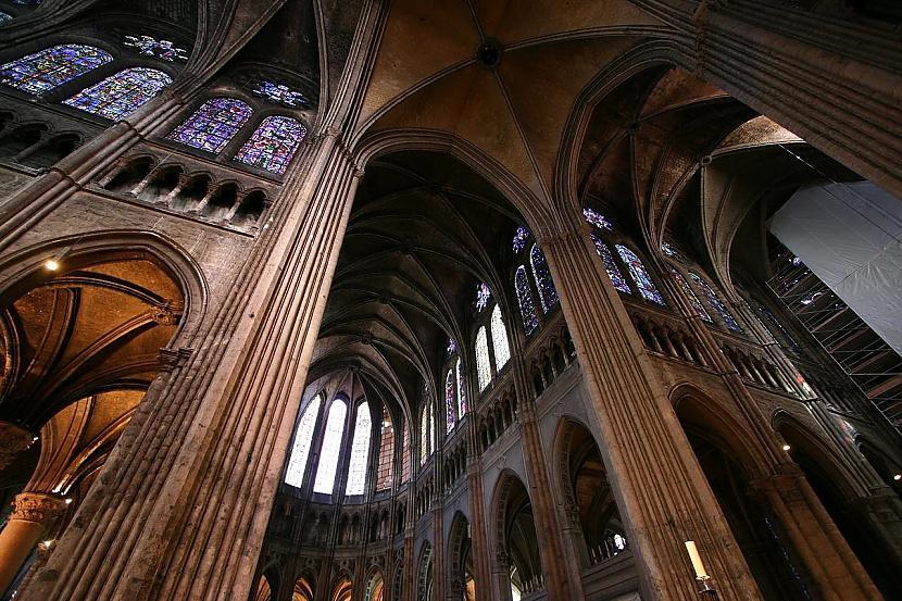 Šartras katedrāles iekštelpu... Autors: Mr Cappuccino Šartras katedrāle