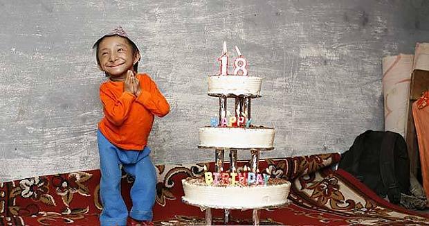 Hadžendra pilngadības jubileja... Autors: dunduciene Pasaulē mazākais cilvēks sasniedz pilngadību un meklē s