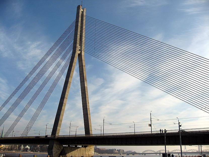 Autors: Eriks 16 Vīrietis uzkāpj Vanšu tilta galotnē un draud nolēkt.