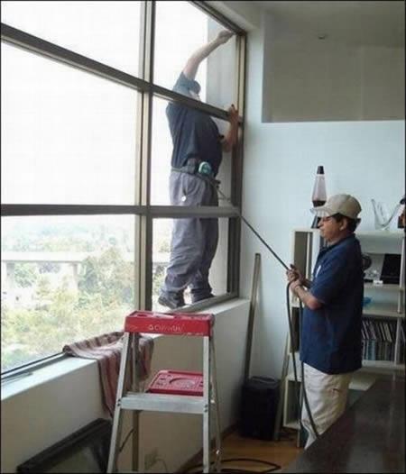Viņam vismaz palīdz D Autors: AldisTheGreat 12 Bezbailīgi logu tīrītāji.