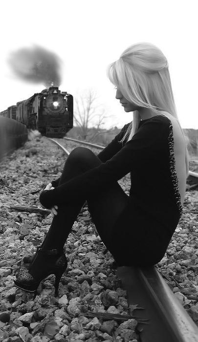 viņa gaidīja pēdējo vilcienu... Autors: BellisimaChica love is gone.