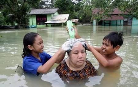 Plūdi var būt izdevība lai... Autors: AldisTheGreat 13 Asprātīgi atrisinājumi kā pārdzīvot plūdus.