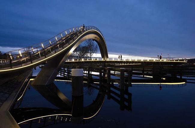 Autors: the13 Melkwegbridge tilts