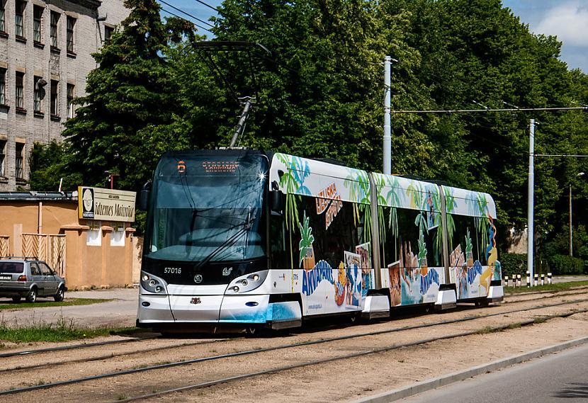Scaronkoda 15T RIGA ar reklāmu... Autors: Fosilija Tramvaji Rīgā.