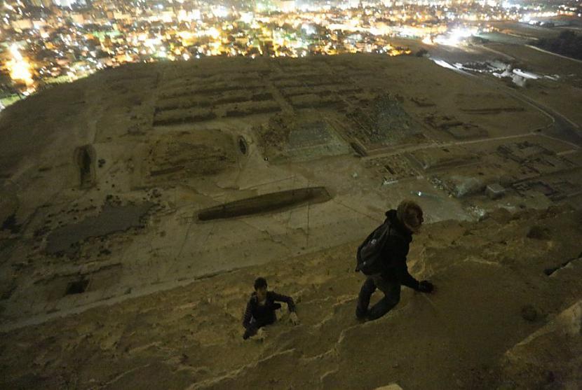 Rāpscaronanās augscaronā... Autors: Azizi Krievu jaunieši uzrāpušies Gizas piramīdā