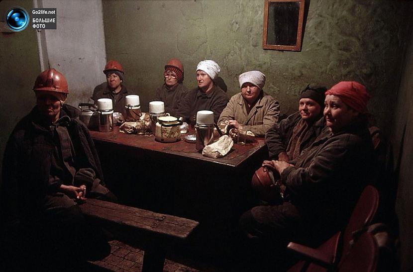 Sievietes ietur kafijas pauzi... Autors: ghost07 Dzīve padomju savienībā (17 unikālas, krāsainas fotogrāfijas)