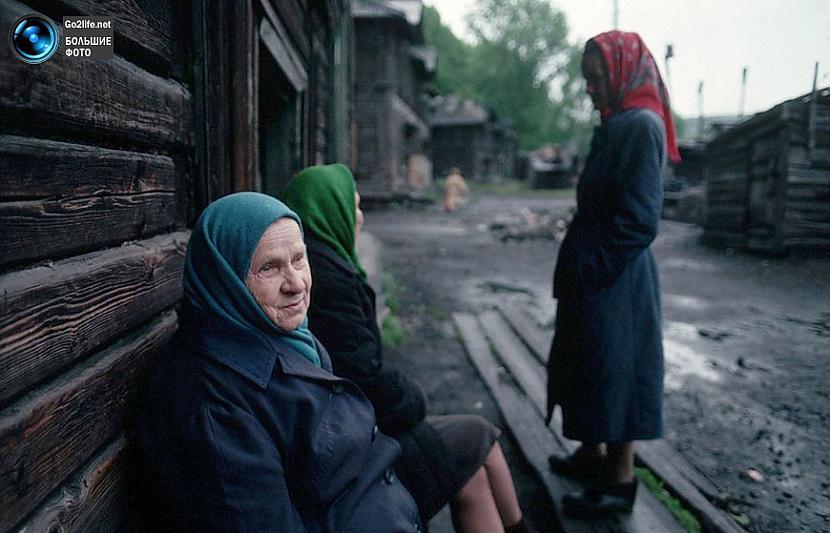 Kāda ciemata vecie ļaudis... Autors: ghost07 Dzīve padomju savienībā (17 unikālas, krāsainas fotogrāfijas)