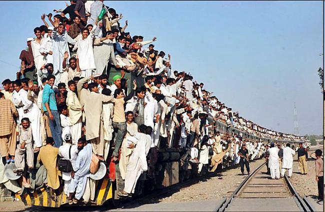 Pakistānas vilcieni nereti... Autors: Fosilija Pasaules pārpildītākie vilcieni tev liks iemīlēt Rīgas trolejbusus
