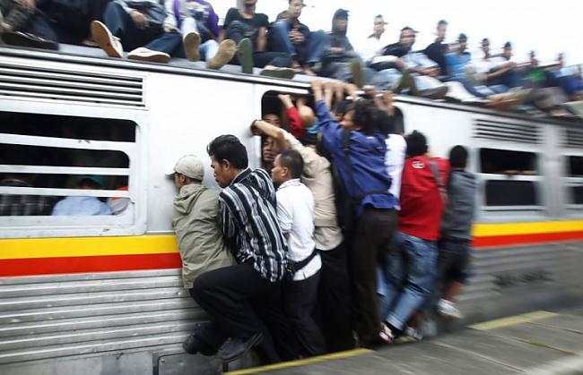 Indonēzijas vilcieni ir... Autors: Fosilija Pasaules pārpildītākie vilcieni tev liks iemīlēt Rīgas trolejbusus