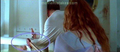 Kad Roza sit pāri rokudzelžiem... Autors: Fosilija Lielākās kļūdas uzņemot filmu ''Titāniks''