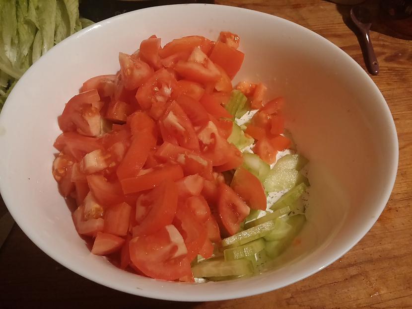 Sagriežam svaigo gurķi un... Autors: Fosilija Mājas siera salāti ar bekonu