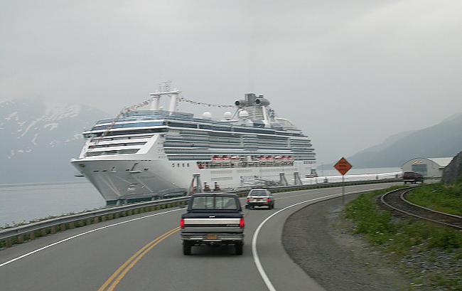 Kruīza kuģis piestājis pie... Autors: BodyBoard Pilsētiņa 200 iedzīvotājiem!