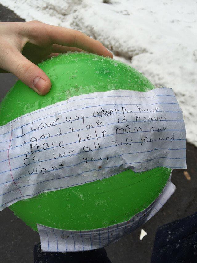 Atrasts balons ar zīmīti pie... Autors: Pon4iks 33 Aizkustinoši līdz sirds dziļumiem