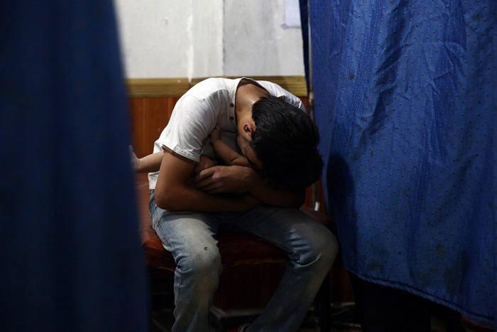 Vīrietis tur rokās savu māsas... Autors: Lords Lanselots Kas liek Sīriešiem bēgt uz Eiropu???