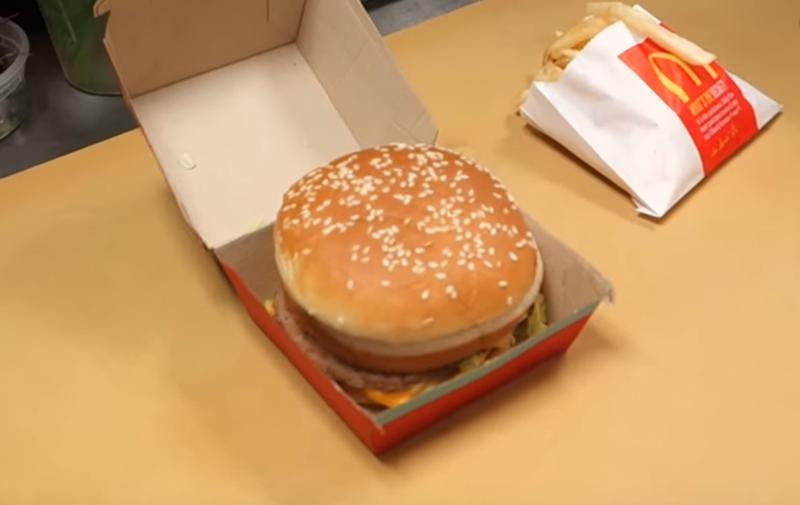 Dažu dienu laikā video... Autors: zeminem Internetā pārsteidz pavārs, kurš māk pagatavot suši no McDonalda burgera.