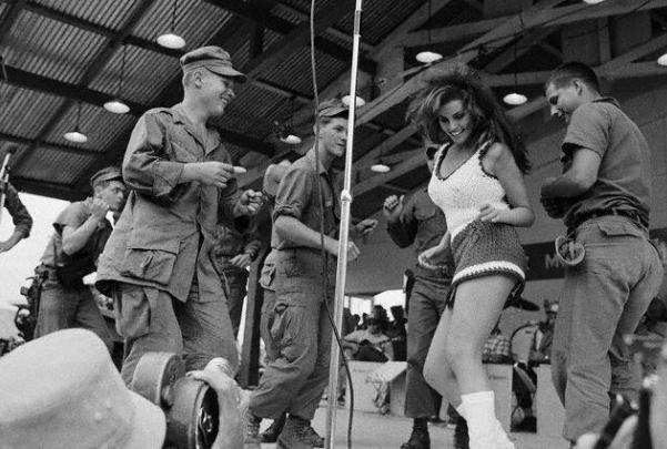 Rakvele Velča dejo ar pāris... Autors: theFOUR Vēsture bildēs - 2. daļa.