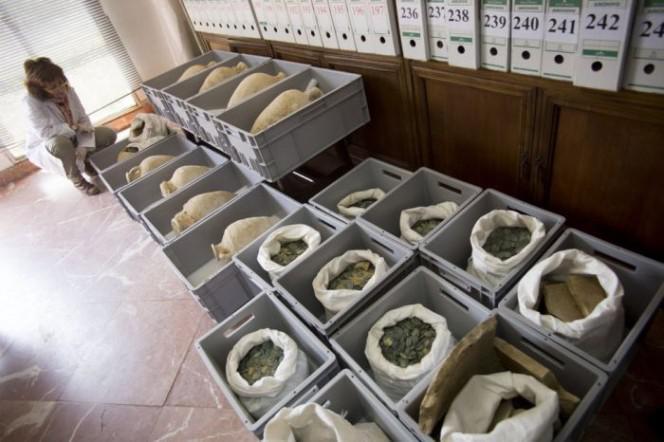 Kopumā monētas svēra 750 kg Autors: rukšukskrienam Celtnieki netīšām atrada šādus podus pazemē