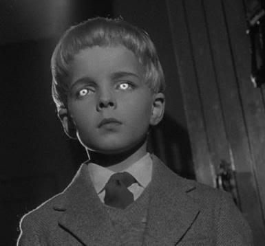 Pēc  Katrs bērns spokaini... Autors: Tvītotāja Normālas lietas, kas izskatās pilnīgi citādi pēc šausmu filmas noskatīšanās