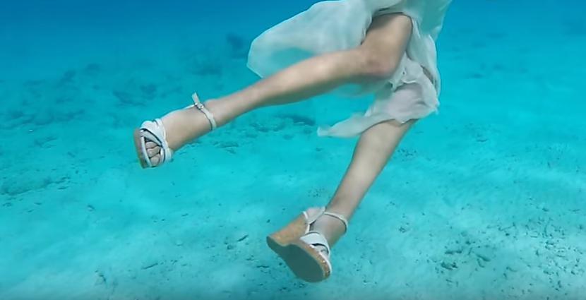 """Autors: Fosilija A Splash Of Glamour - viens no pasaules līderiem arī """"lietus sandaļu"""" formātā"""