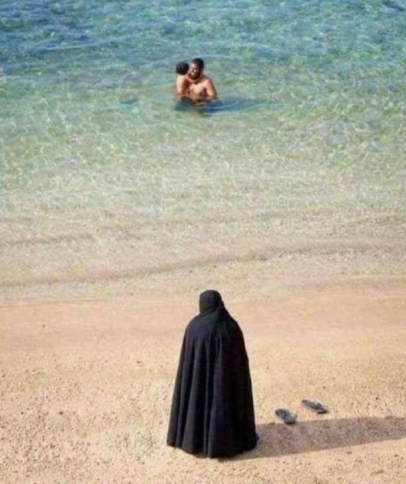Autors: Mao Meow Nevaru saprast, vai arābi pludmalē vai ari viņu nāve gaida krastā.