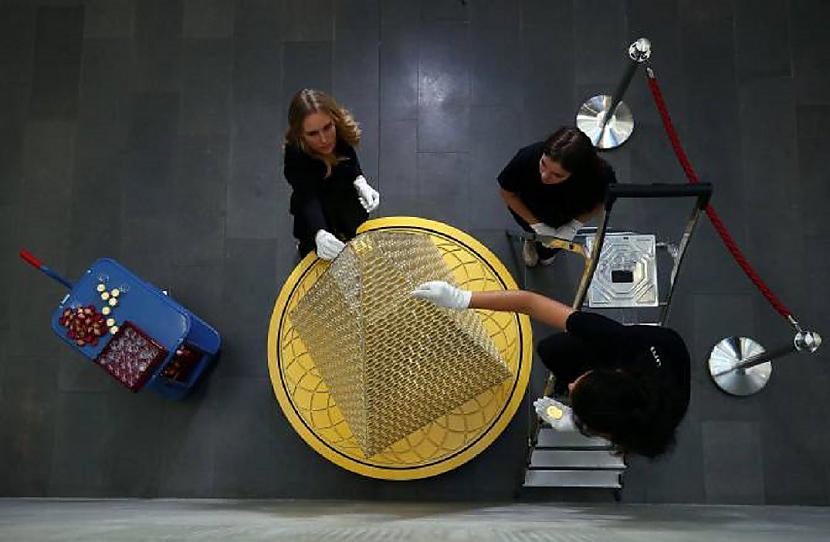 Eglīte veidota sadarbībā ar... Autors: pyrathe Ziemassvētku eglīte par 2,3 miljoniem eur