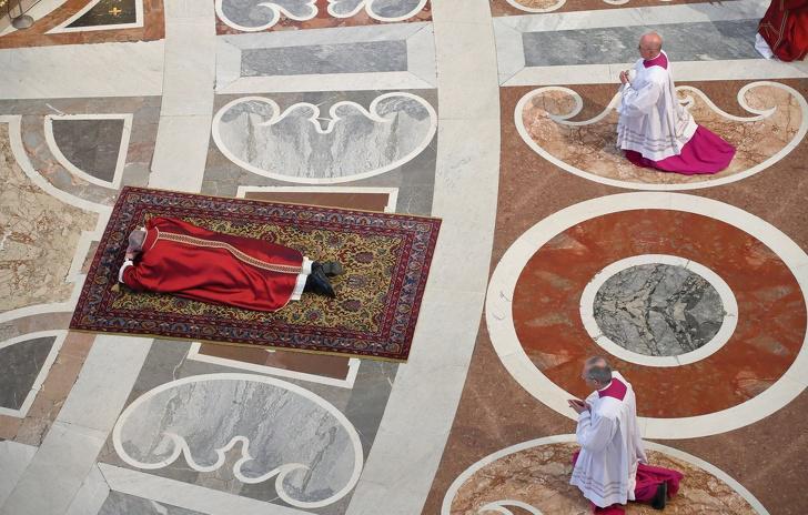 nbspPāvests guļ uz grīdas... Autors: Lestets 15 fakti par Vatikānu, kuriem ir ļoti grūti noticēt