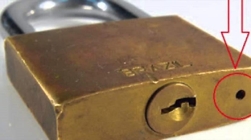 Caurums slēdzenēTāds caurums... Autors: Lestets 18 ikdienas priekšmeti, kuriem ir slepena funkcionalitāte