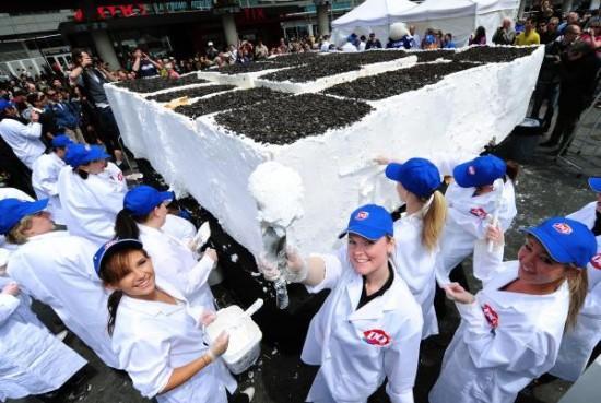 Milzīga kūka tika ievietota... Autors: Zibenzellis69 Lielākā saldējuma kūka pasaulē (video)